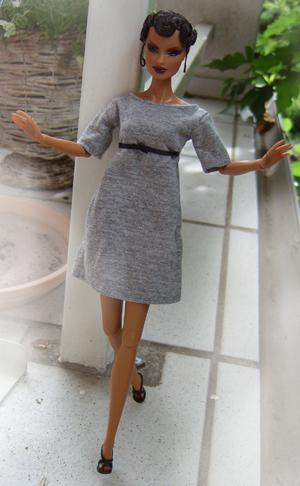 ein graues kleid mit hoher taille und schwarzer satinschleife. Black Bedroom Furniture Sets. Home Design Ideas